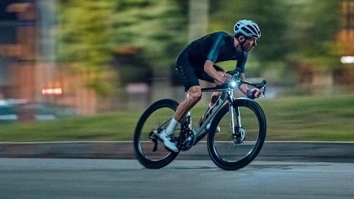 2022-BH-Aerolight-lightweight-aero-carbon-all-rounder-road-bike_riding.jpg