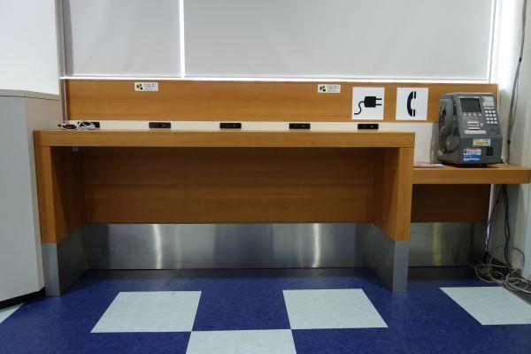 宮古島空港搭乗口前の待合室充電プラグ.JPG