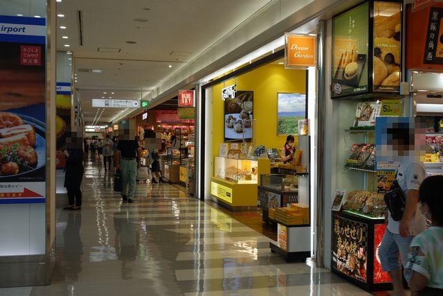 鹿児島空港2Fお土産やさん2.jpg