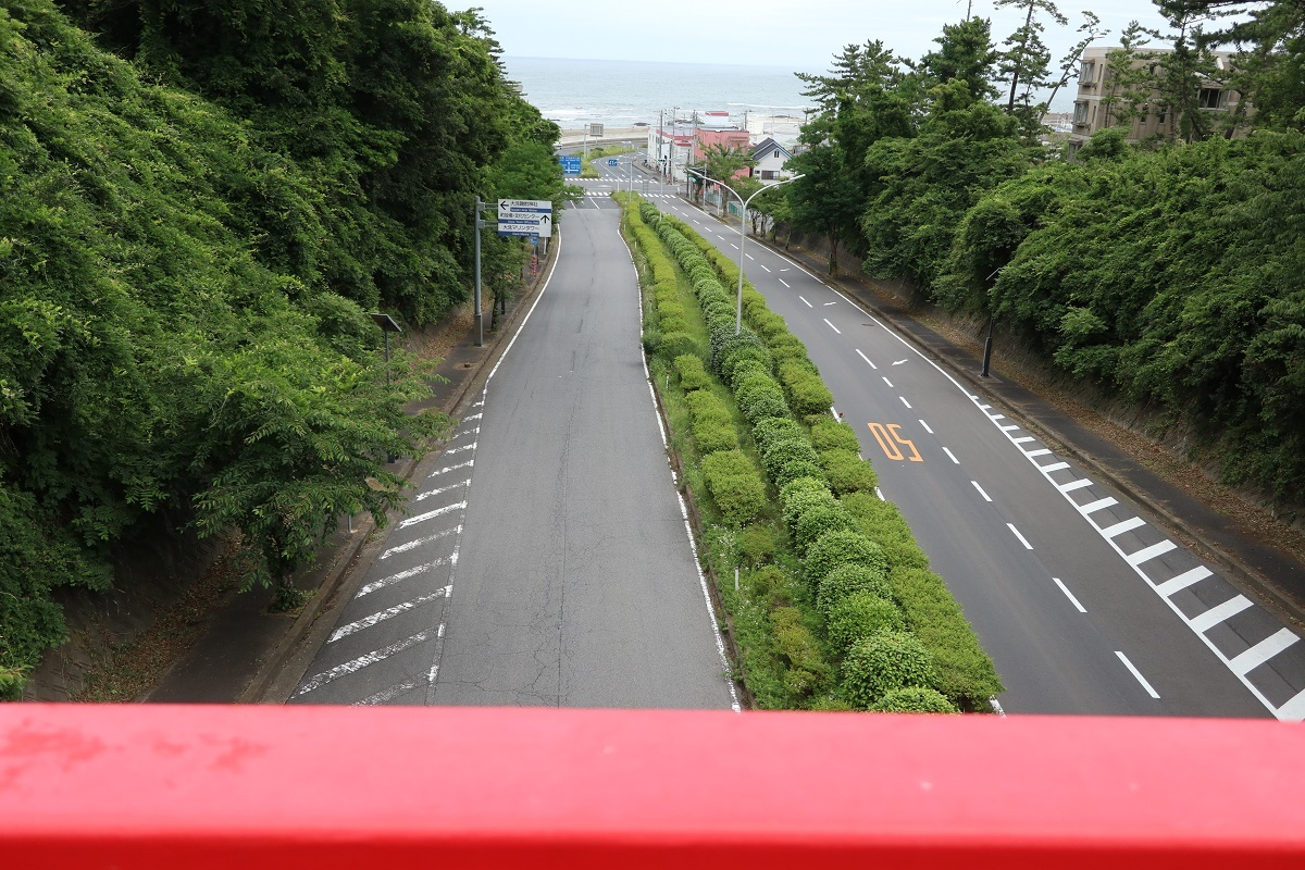 陸橋から道路を望む
