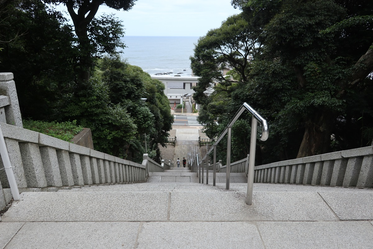 大磯前神社前階段